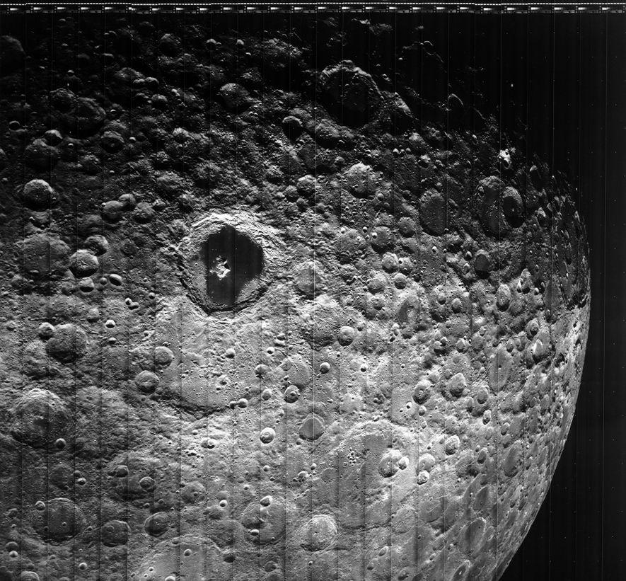 Los Lunar Orbiters también nos devolvieron imágenes de la cara oculta de la luna, como esta foto sacada por el Lunar Orbiter 3 en 1967.