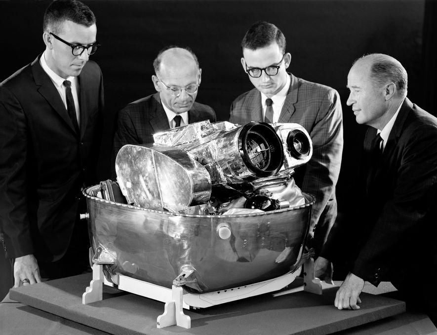De derecha a izquierda, Cliff Nelson, Calvin Broome, Israel Taback y Joe Moornam, de la NASA, examinan los componentes de la cámara del Lunar Orbiter.