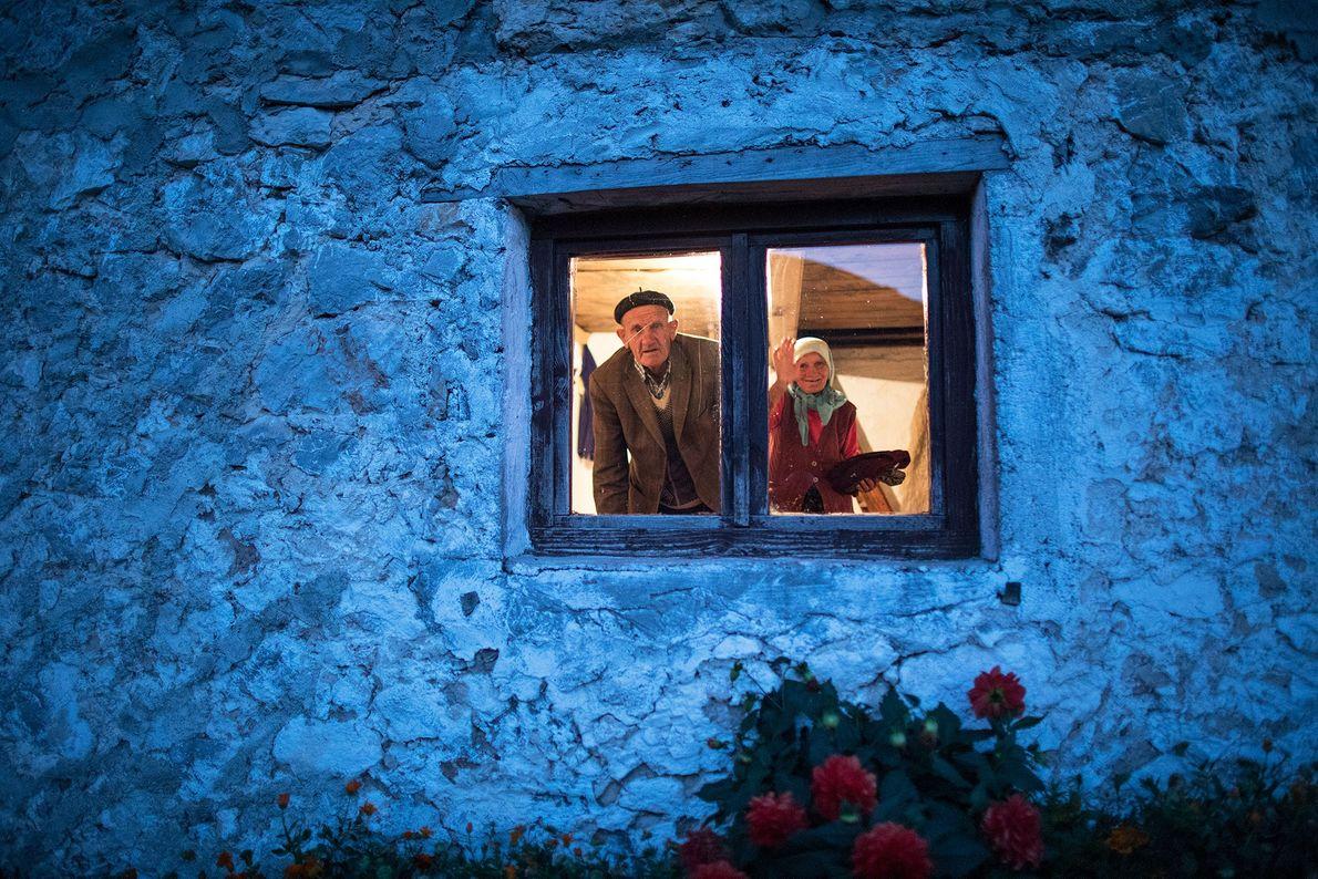 Una pareja mira por la ventana