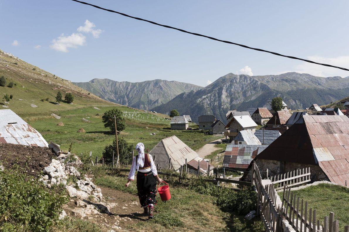 Una mujer recorre la aldea