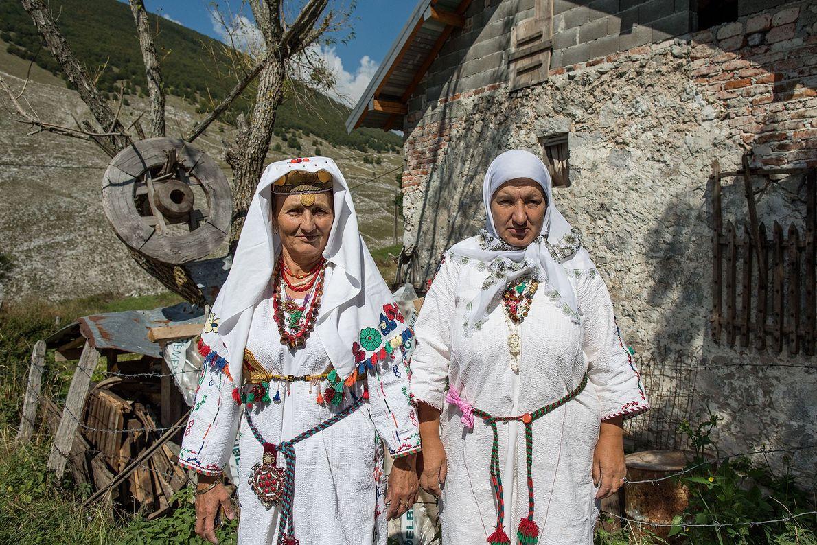 Mujeres con trajes tradicionales