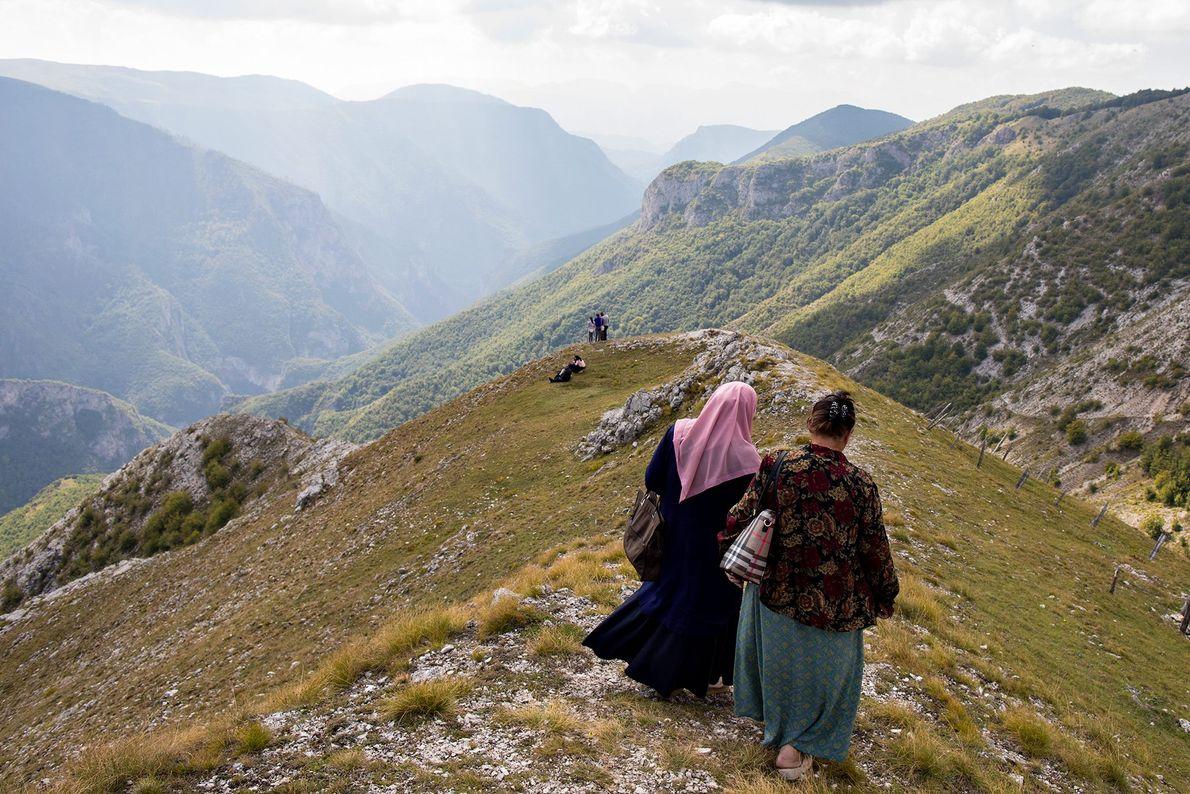 Mujeres contemplan las vistas