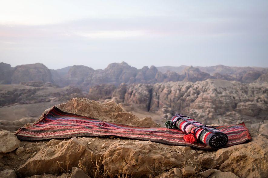 La esterilla de Lumeyo está tejida por mujeres beduinas a partir de jerséis de segunda mano ...