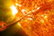 Filamento de material solar expulsado al espacio durante una eyección de masa coronal, uno de los ...