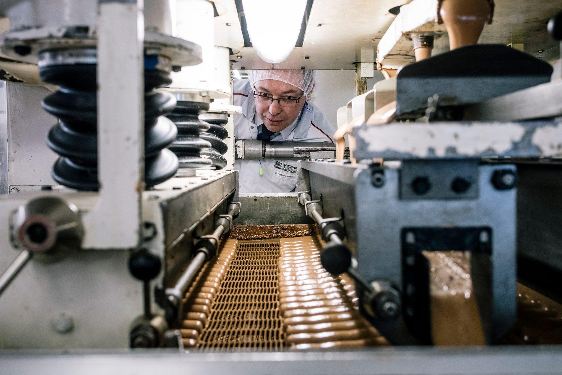Los visitantes pueden ver cómo se produce el chocolate y probar muestras en Broc, Suiza.