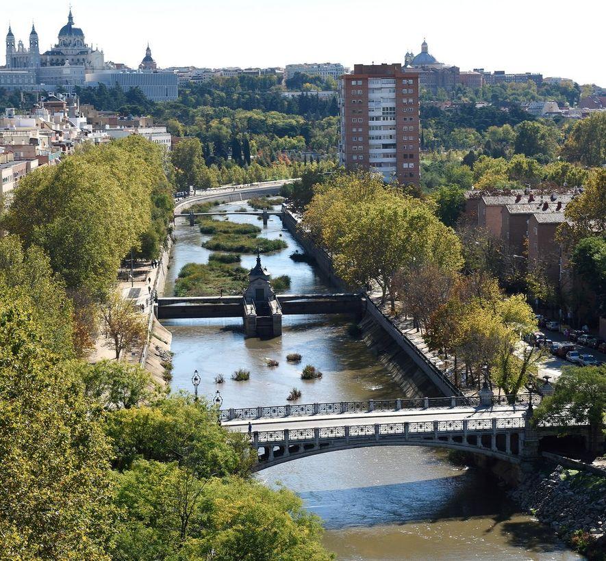 El río Manzanares a su paso por la ciudad de Madrid. En la imagen se pueden ...