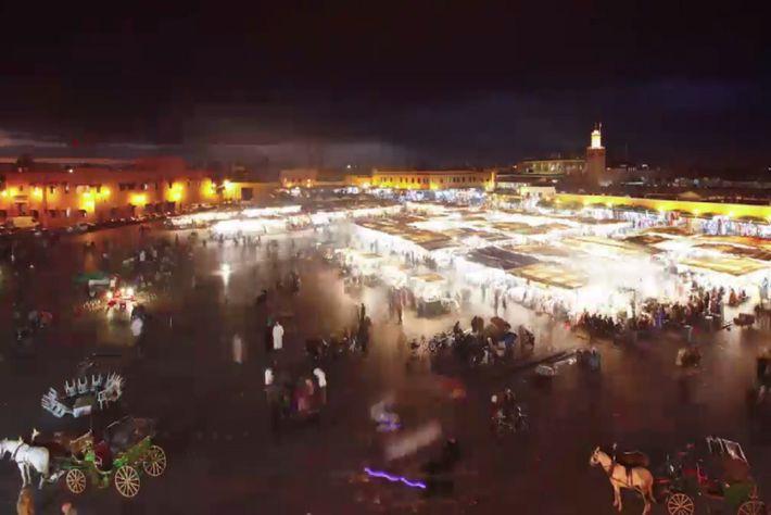 Viandantes visitando el mercado de Jemaa el Fna en Marrakech.
