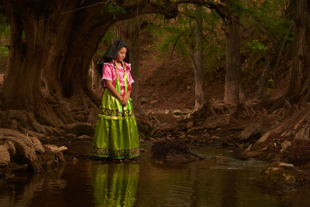 Una mujer con un vestido tradicional