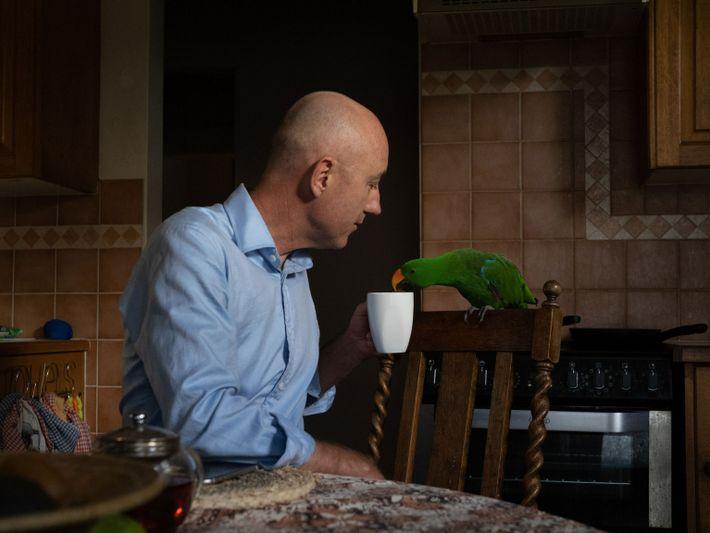 Christopher Lennon y su loro eclecto australiano Solomon