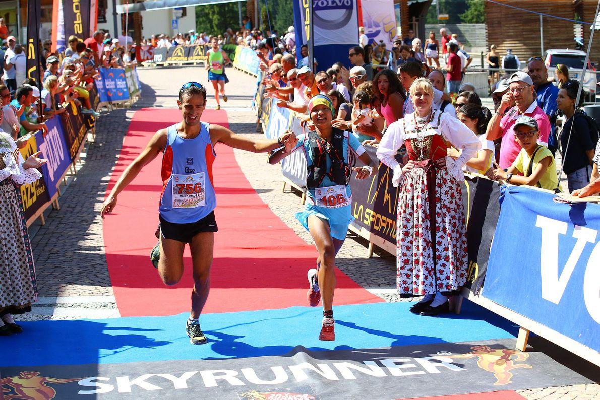 Imagen de la corredora Mira Rai cruzando la menta en una carrera en las Dolomitas, Italia