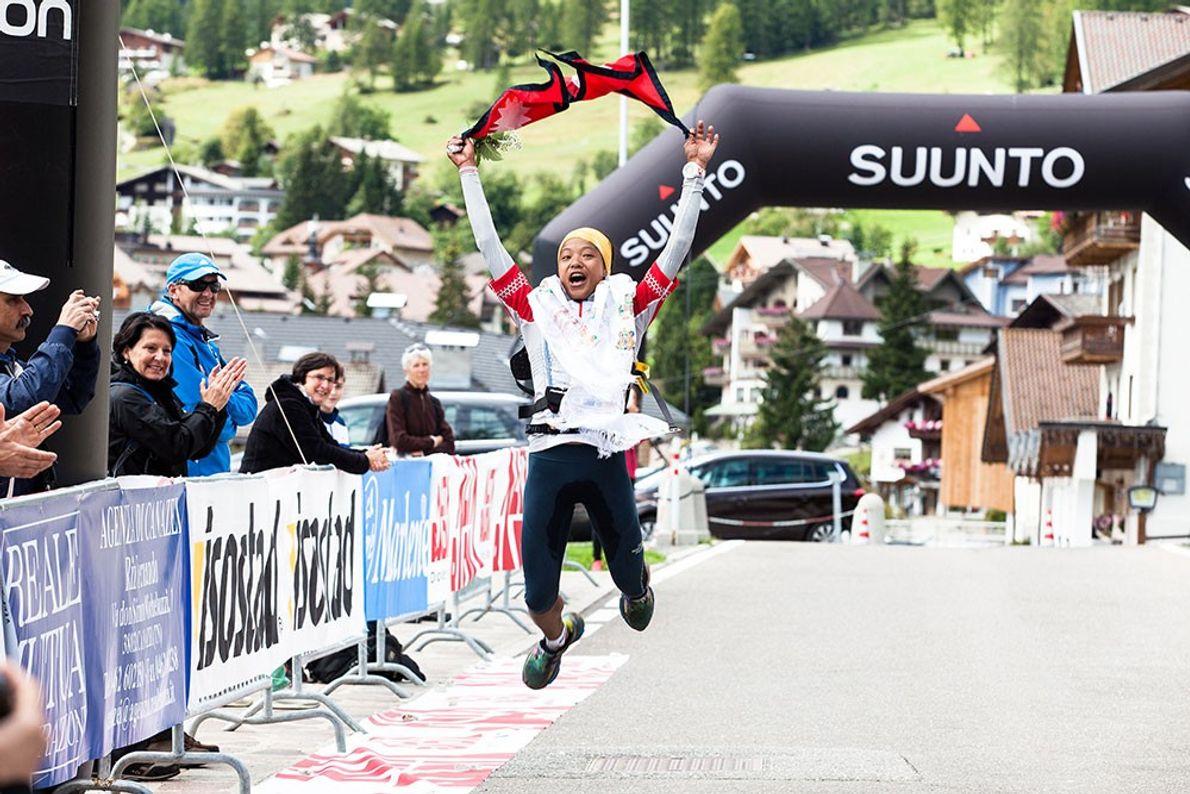 Imagen de la corredora Mira Rai cruzando la meta de la carrera de Sellaronda Trail Running