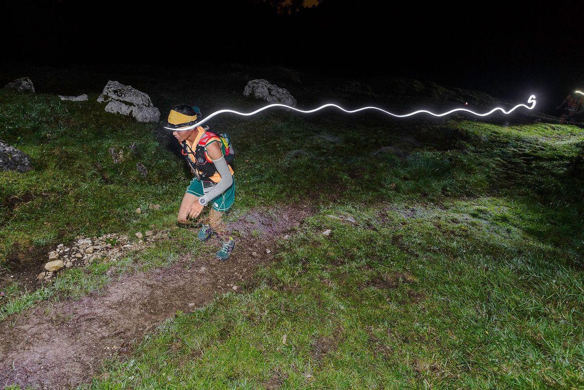 Imagen de la corredora Mira Rai de noche en Italia