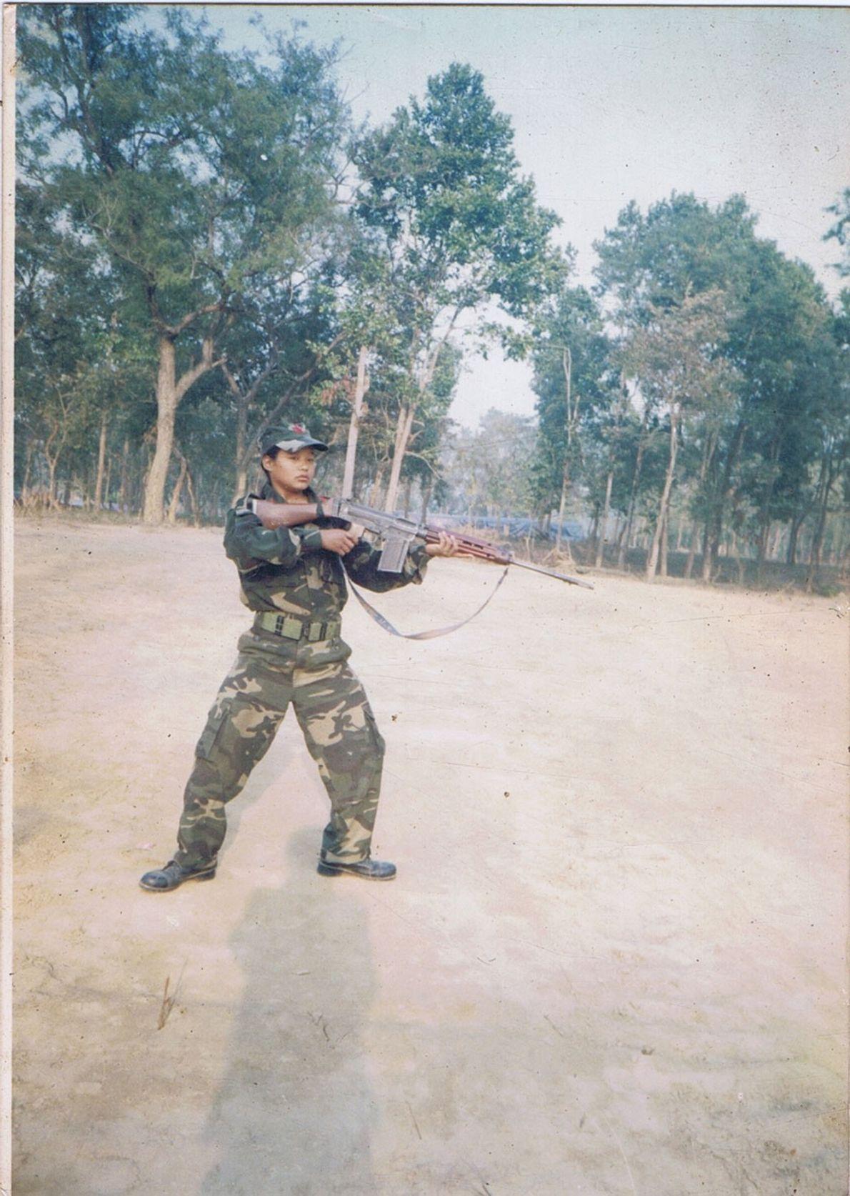 Imagen de Mira Rai cuando era soldado