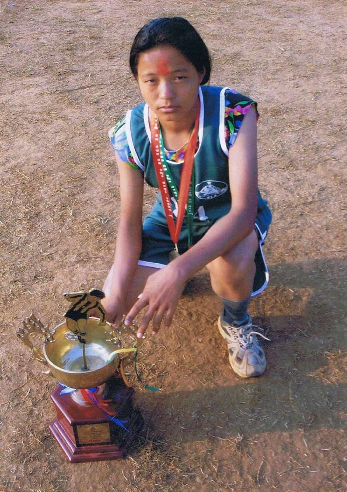 Imagen de una joven Mira Rai tras ganar una carrera