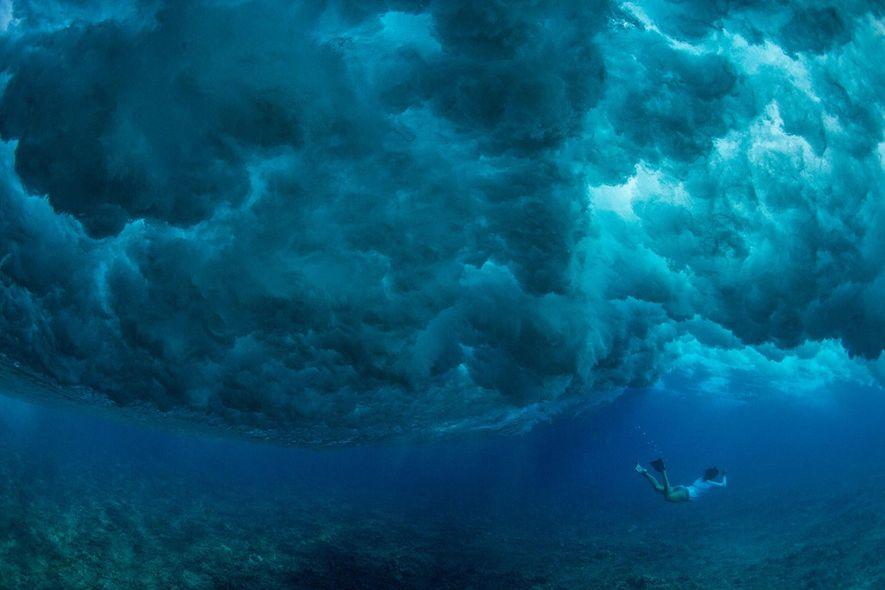 Cristina Mittermeier buceando bajo las olas.