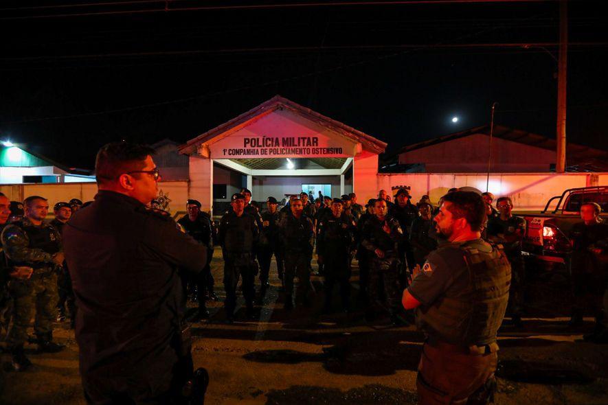Al comienzo de la operación, los agentes del IBAMA hablan con la policía militar frente al ...