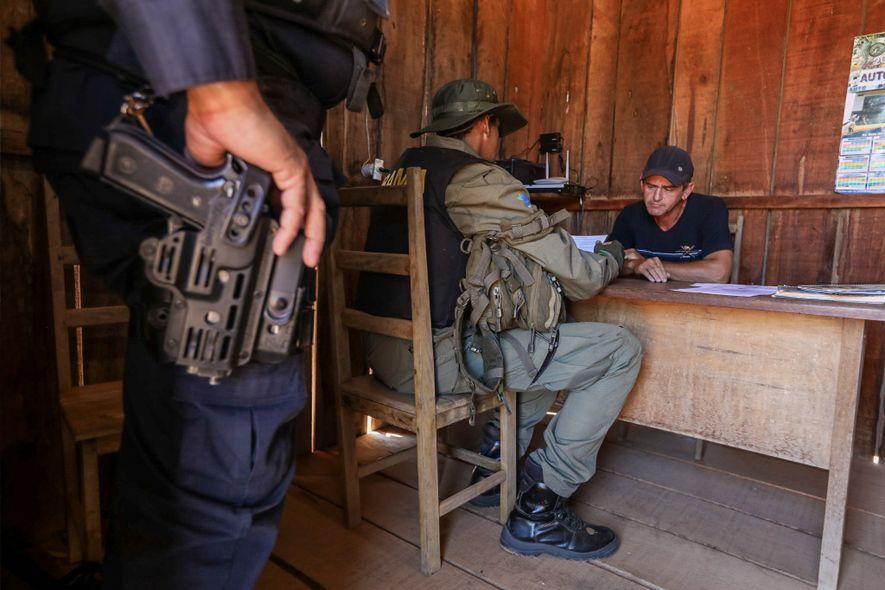 Los agentes del IBAMA interrogan al dueño de un aserradero que, según sospechan, procesa madera ilegal ...