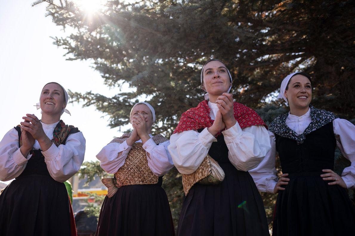 De izquierda a derecha: Kristina Franzoia, Ruth Matheny, Izana Urquidi y Amaya Monasterio, del grupo Oinkari …