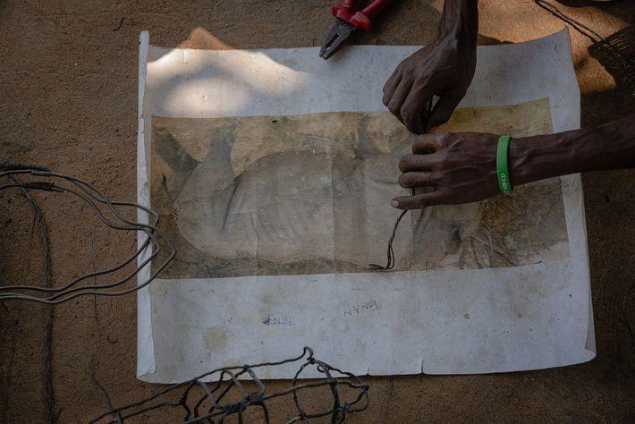 Los artesanos de Snares to Wares trabajan en una escultura
