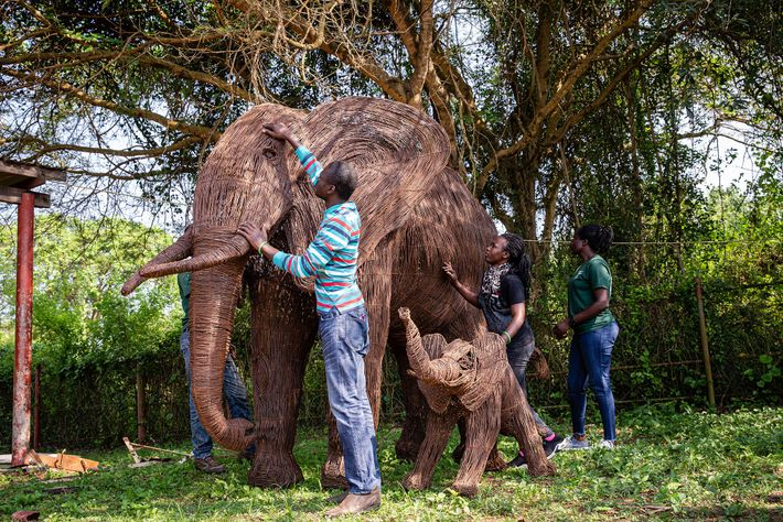 Escultura en tamaño real de un elefante y su cría