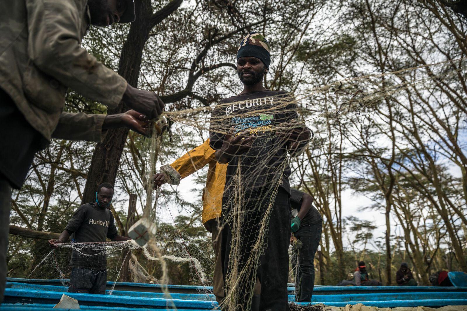 Los pescadores desenredan las redes