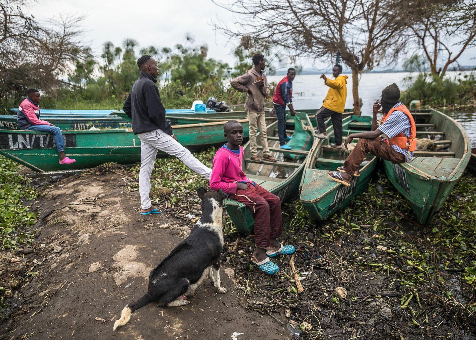 Los pescadores descansan en el embarcadero