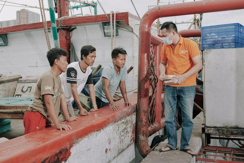 Pescadores y trabajadores reciben comidas gratuitas