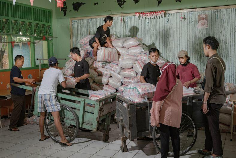 Voluntarios de Foodbank of Indonesia descargan comida