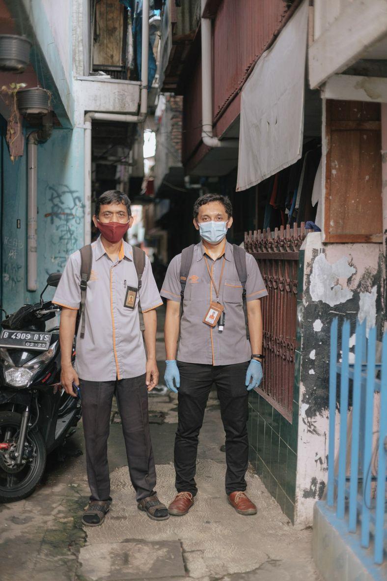 Empleados del Servicio Postal Indonesio