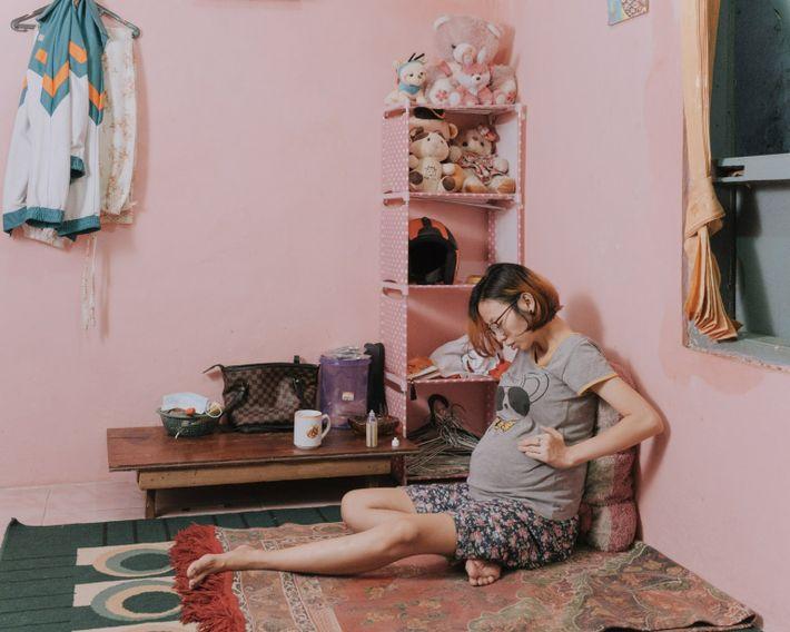 Desti Firdamayanti descansa en su casa