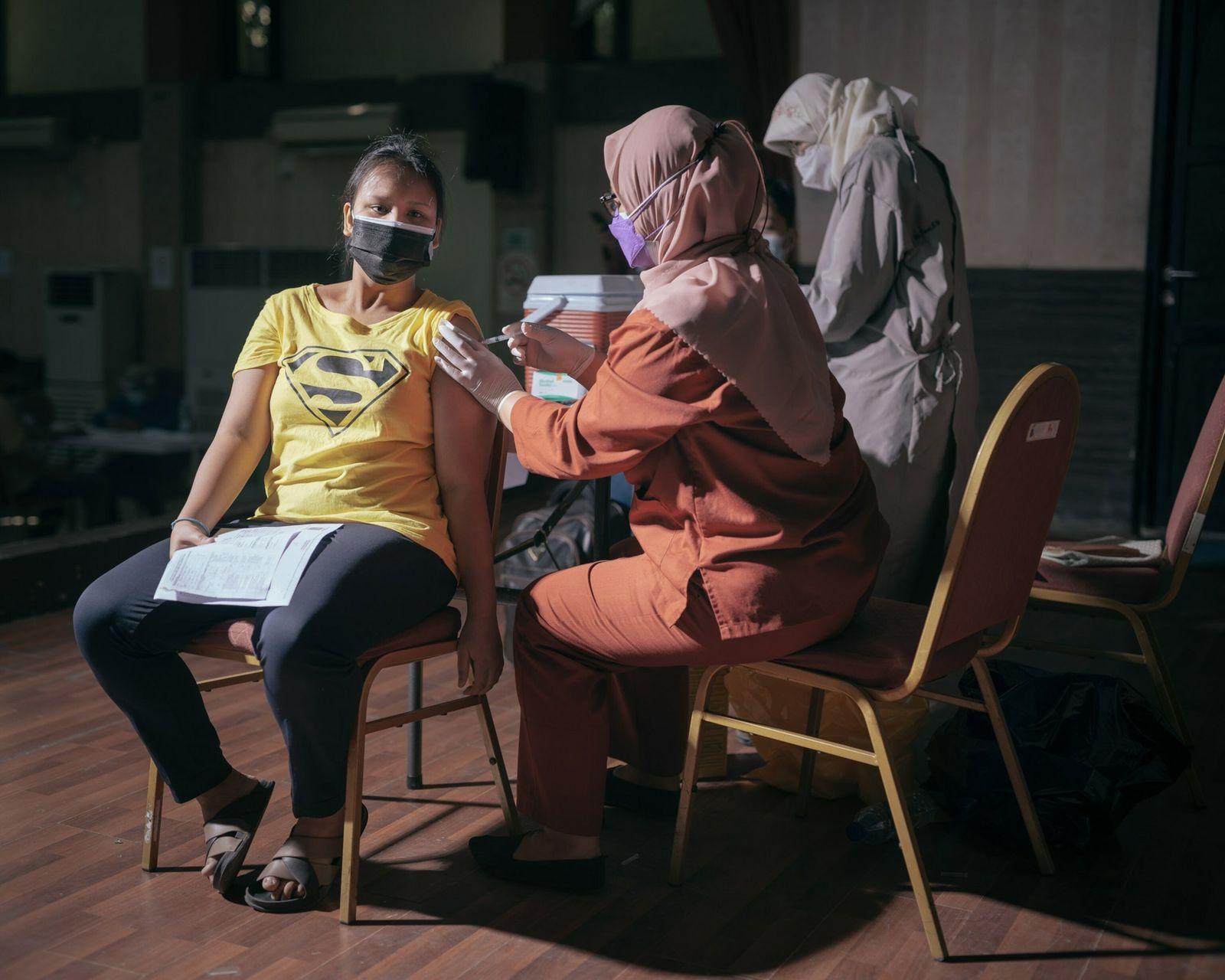 Zahwa Falisha recibe su primera dosis de la vacuna anti-COVID-19