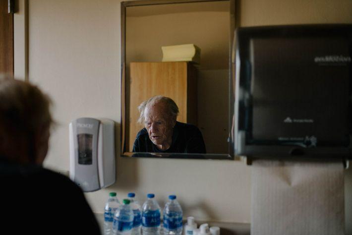 John Olinger rellena su botella de agua