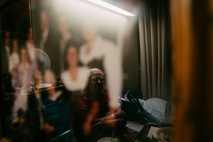 La imagen de Donna Arthur se refleja en un retrato