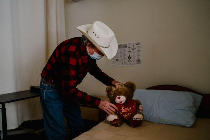 Salvador Arvizu coloca el oso de peluche que le regaló su mujer