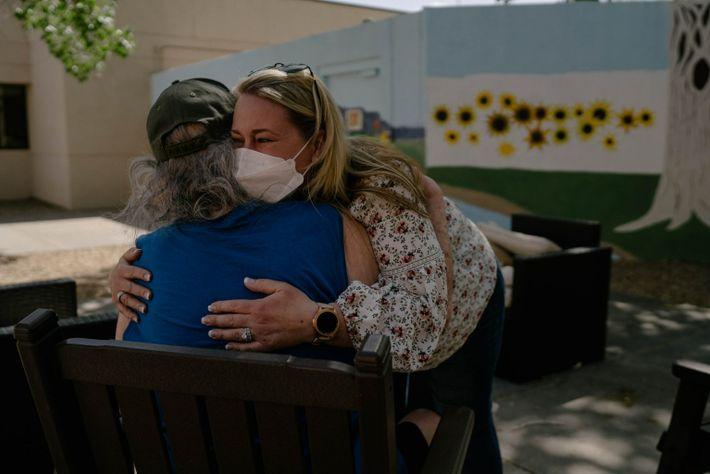 Dana Cox llora y abraza a su padre, Thomas «Dan» Langdon