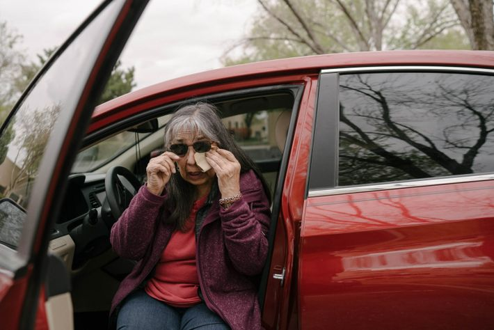 Annette Arvizu se sienta en el coche y llora tras visitar a su marido