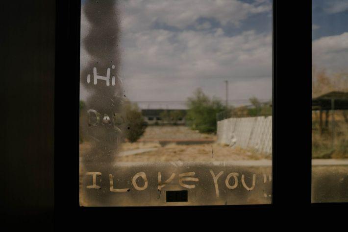 Mensaje escrito en la ventana de Olinger