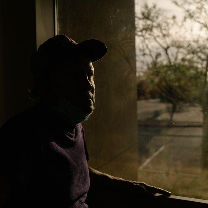 Lorenzo Ponce está junto a la ventana