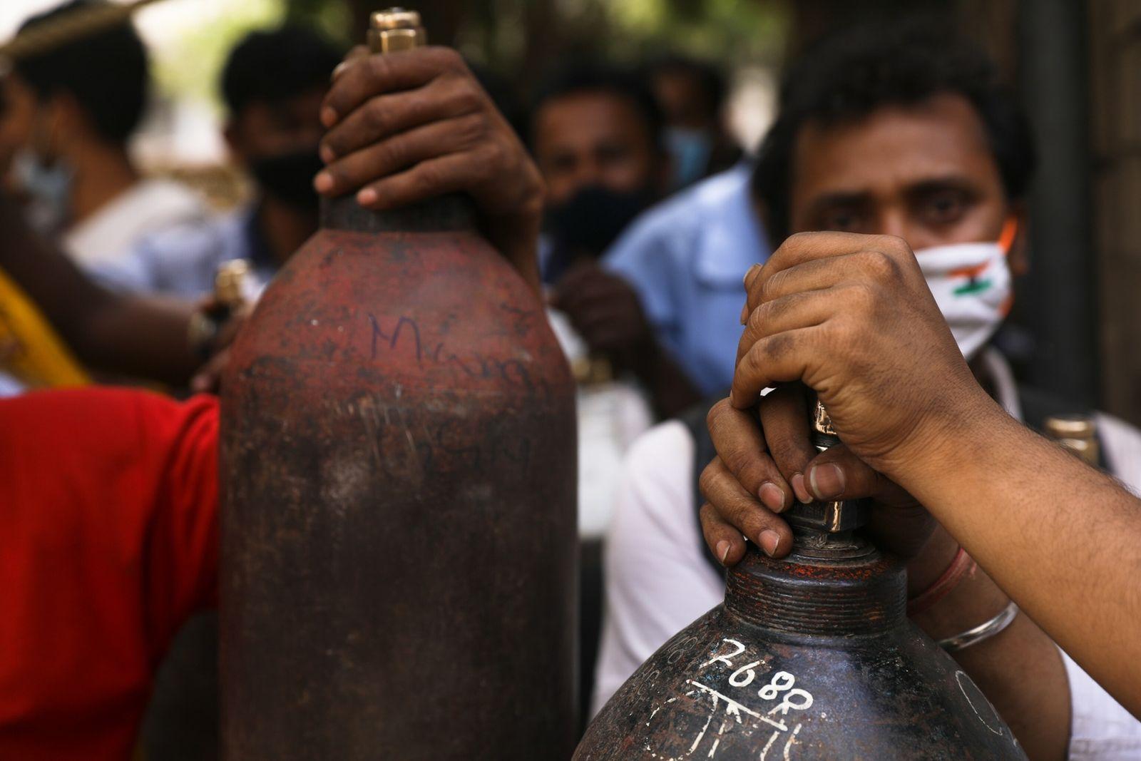 La gente hace cola frente a Vaibhav Oxygen