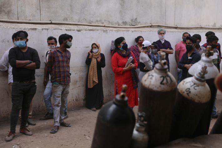 La gente espera para rellenar los cilindros de oxígeno