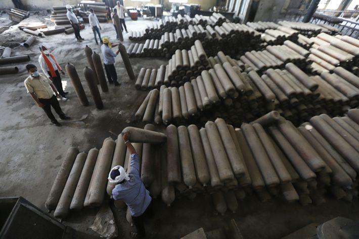 Los trabajadores mueven los cilindros
