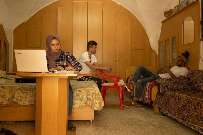 Omar Sharbati con su prima y su tío