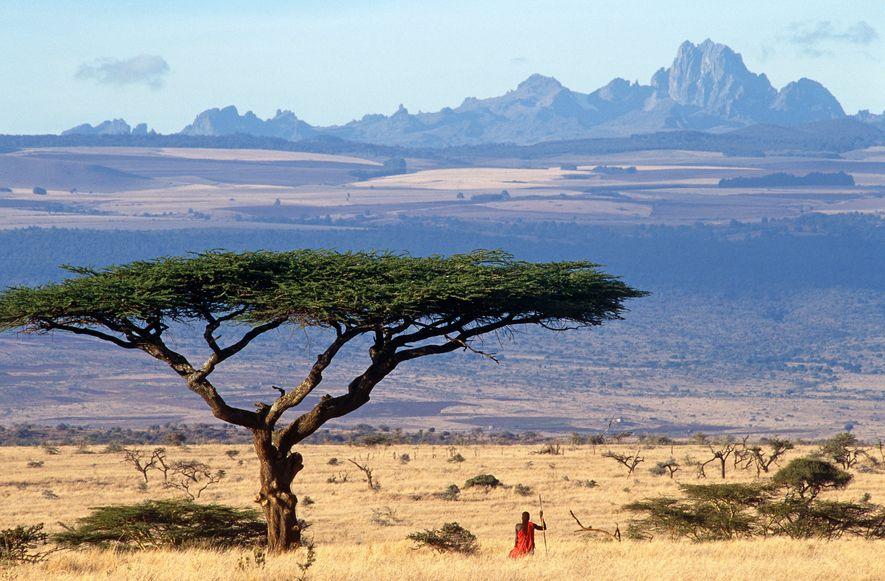 Un miembro de la tribu masái disfruta de la vista del imponente monte Kenia desde la ...