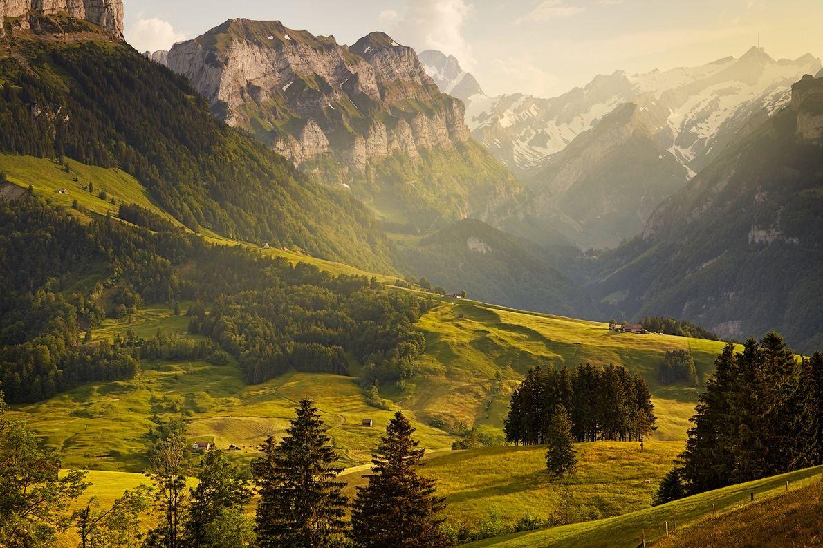 «Una vista de montaña sobrecogedora de la cordillera alpina de Suiza».