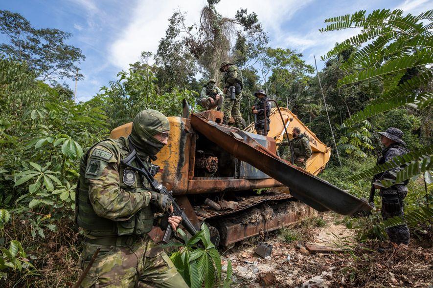 Los agentes del grupo especial de inspecciones del IBAMA desmantelan un buldócer empleado en operaciones ilegales ...