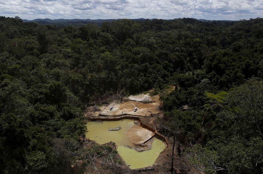 Una mina de oro ilegal en 2016 en el territorio indígena yanomami, en el estado amazónico ...