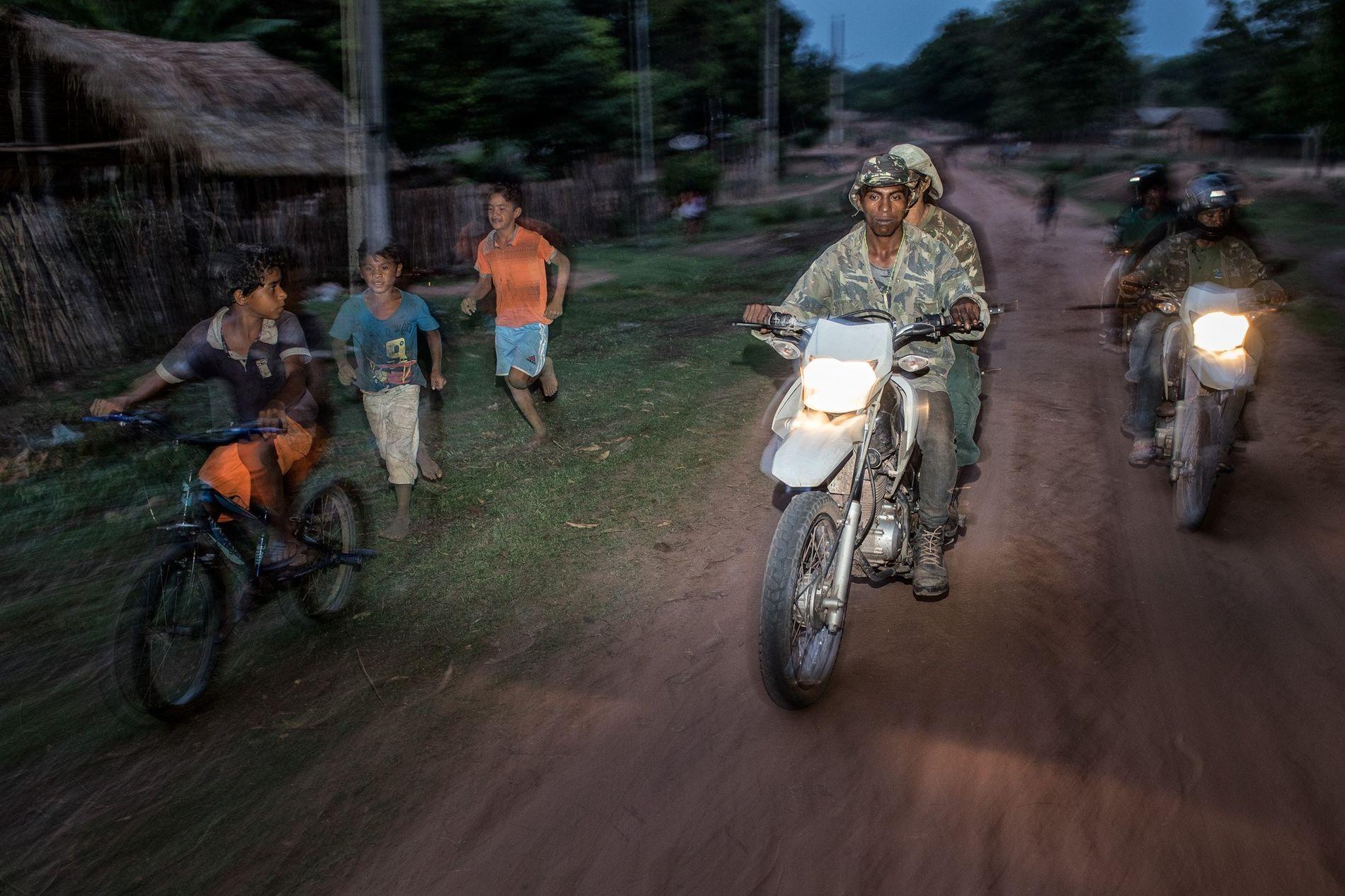 Un grupo de Guardianes del Bosque de la tribu guajajara patrulla en el interior del territorio ...