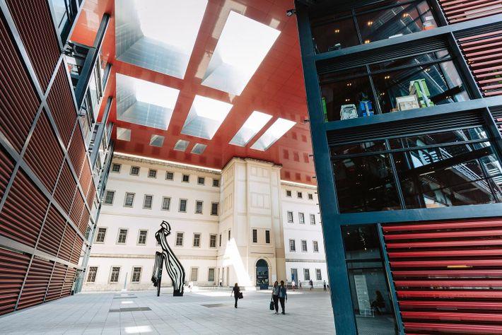El espectacular museo de Reina Sofía alberga especialmente obras de arte moderno y contemporáneo de reconocidos ...