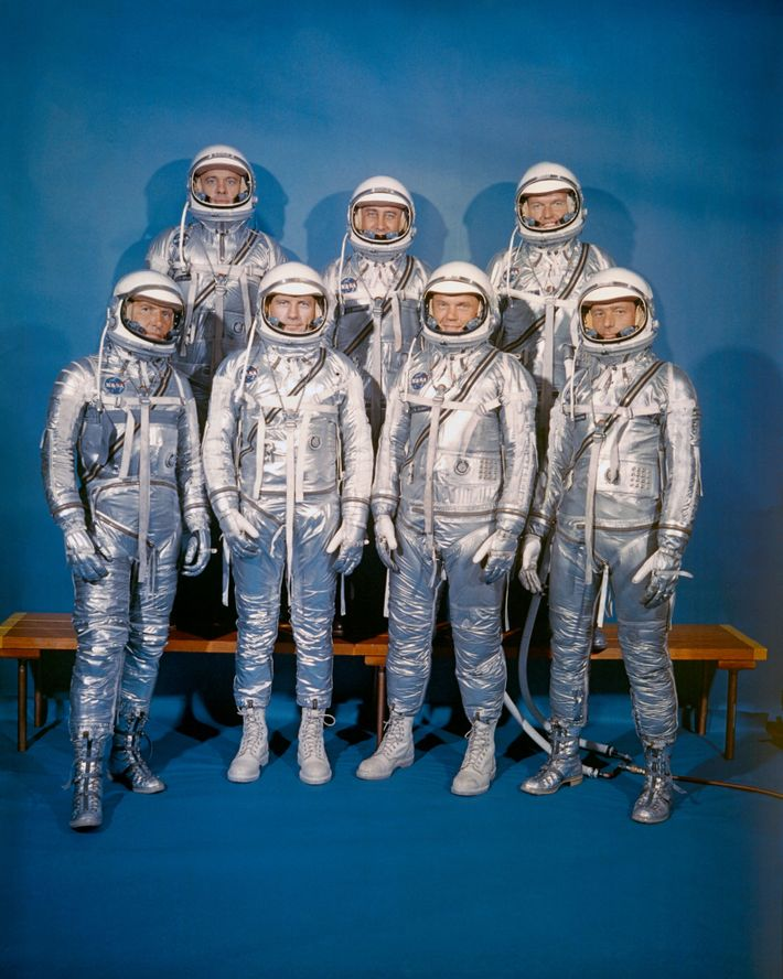 Fila delantera, de izquierda a derecha: Walter M. Schirra Jr., Donald K. Slayton, John H. Glenn ...