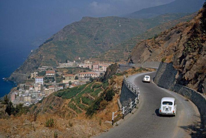 Coches Fiat descienden por una ladera serpenteante hacia la localidad de Riomaggiore, parte de la región ...